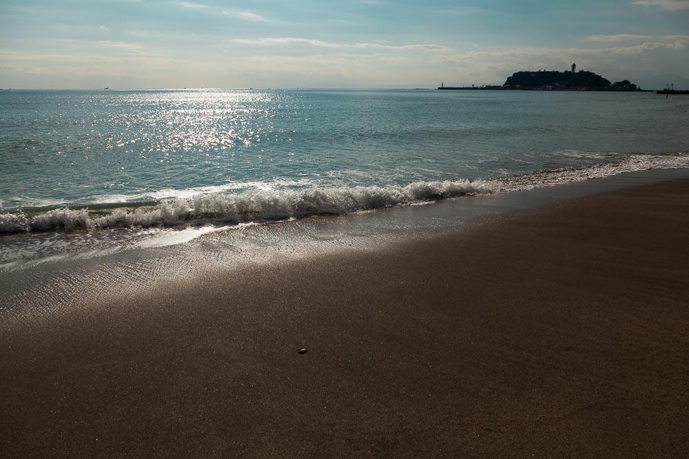 輝く波打ち際と江ノ島