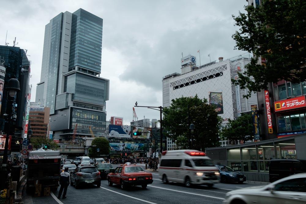 渋谷ヒカリエと救急車