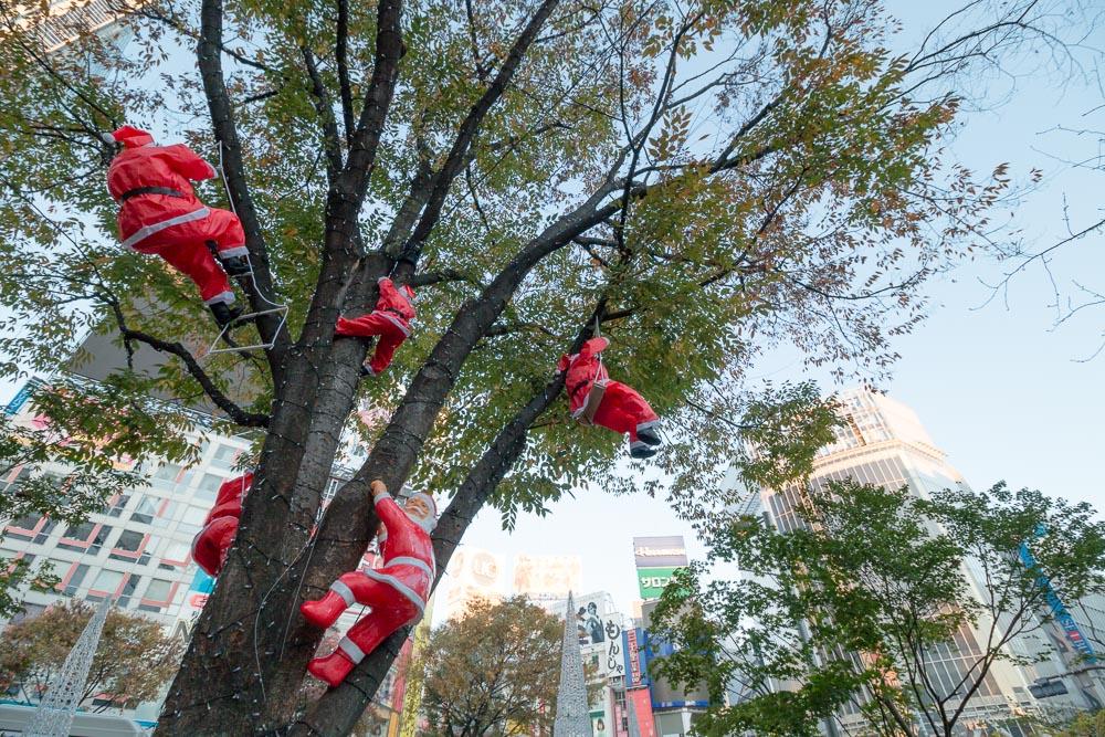 渋谷でサンタたちが登る